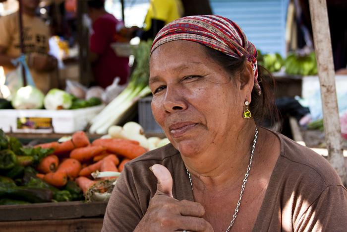 Signora al mercato, Santa Marta, Colombia
