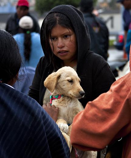 Bambina con cane, mercaro Otavalo, Ecuador