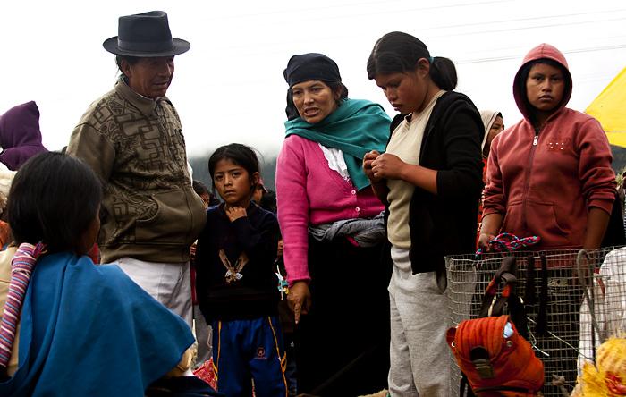 Persone al mercato di Otavalo
