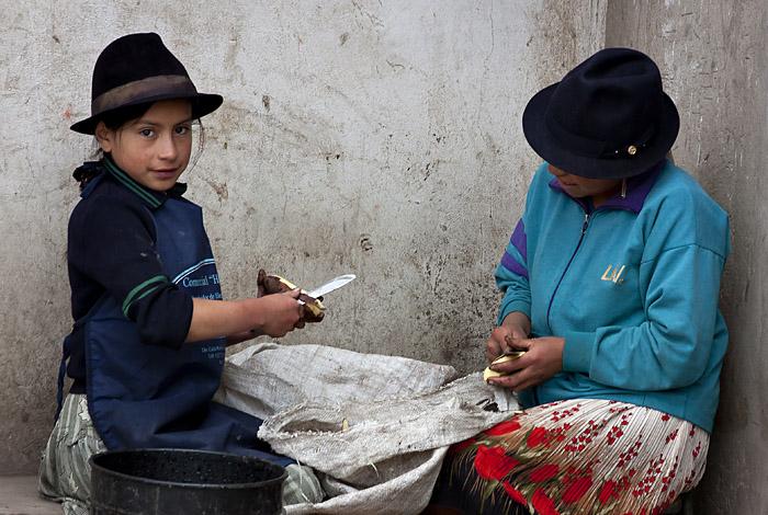 Bambine sbucciano patate