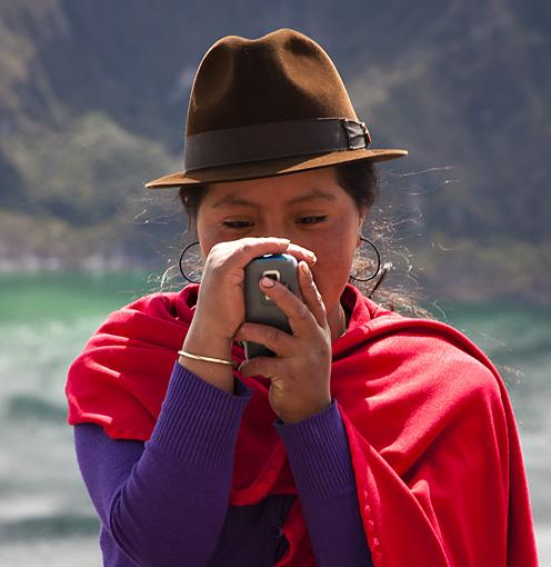 Ragazza con cellulare, Ecuador