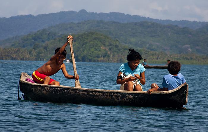 Canoa con cagnolino, Panama