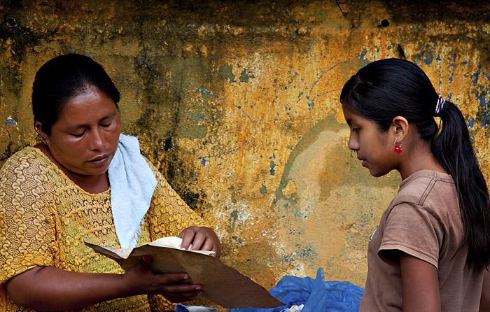 Signora e bambina, Livingstone, Guatemala