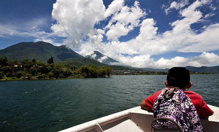 In barca, lago Atitlan, Guatemala