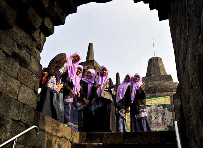 ragazze_interno_tempio